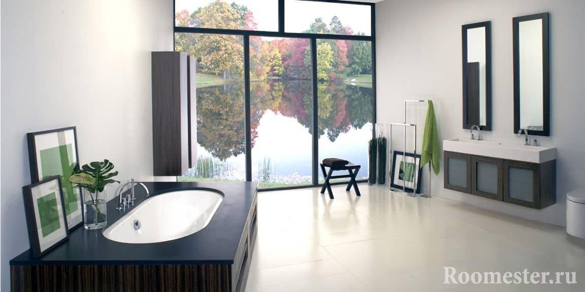Большая ванная комната с окном