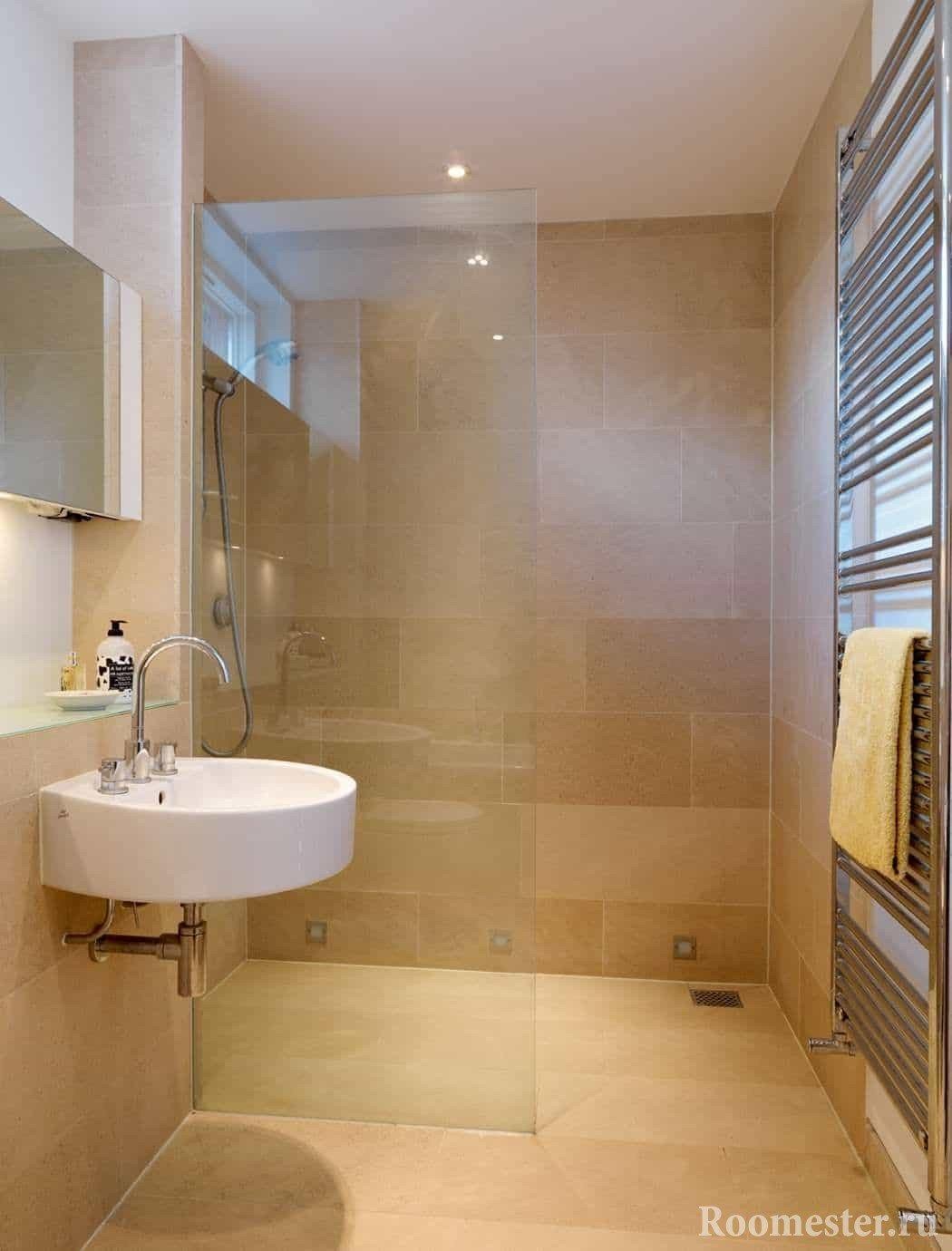 Небольшое зеркало в ванной комнате