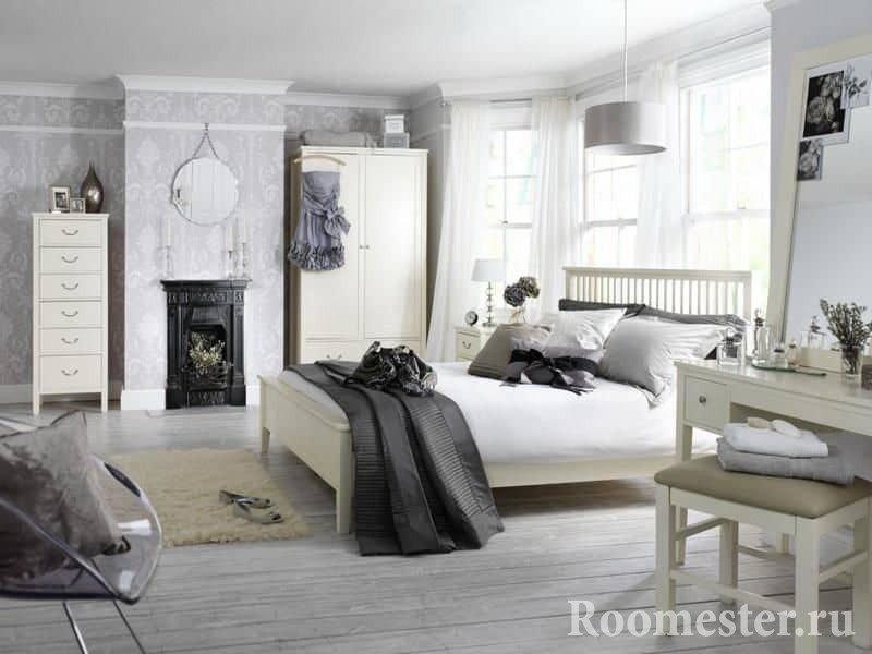 Белая спальня наполненная аксессуарами в классическом стиле