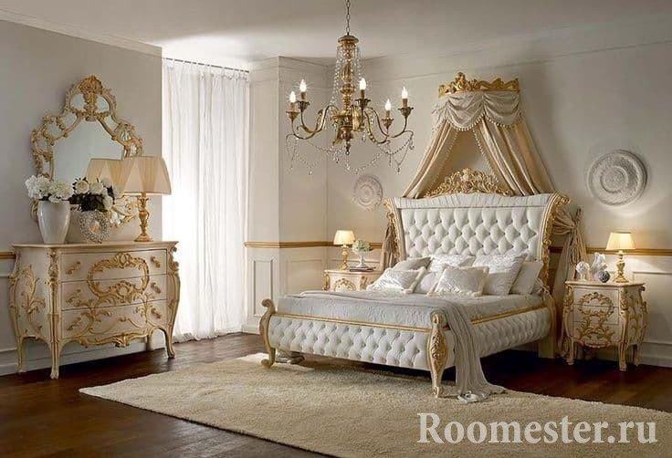 Дизайн белой спальни с лепниной и позолотой в классическом стиле