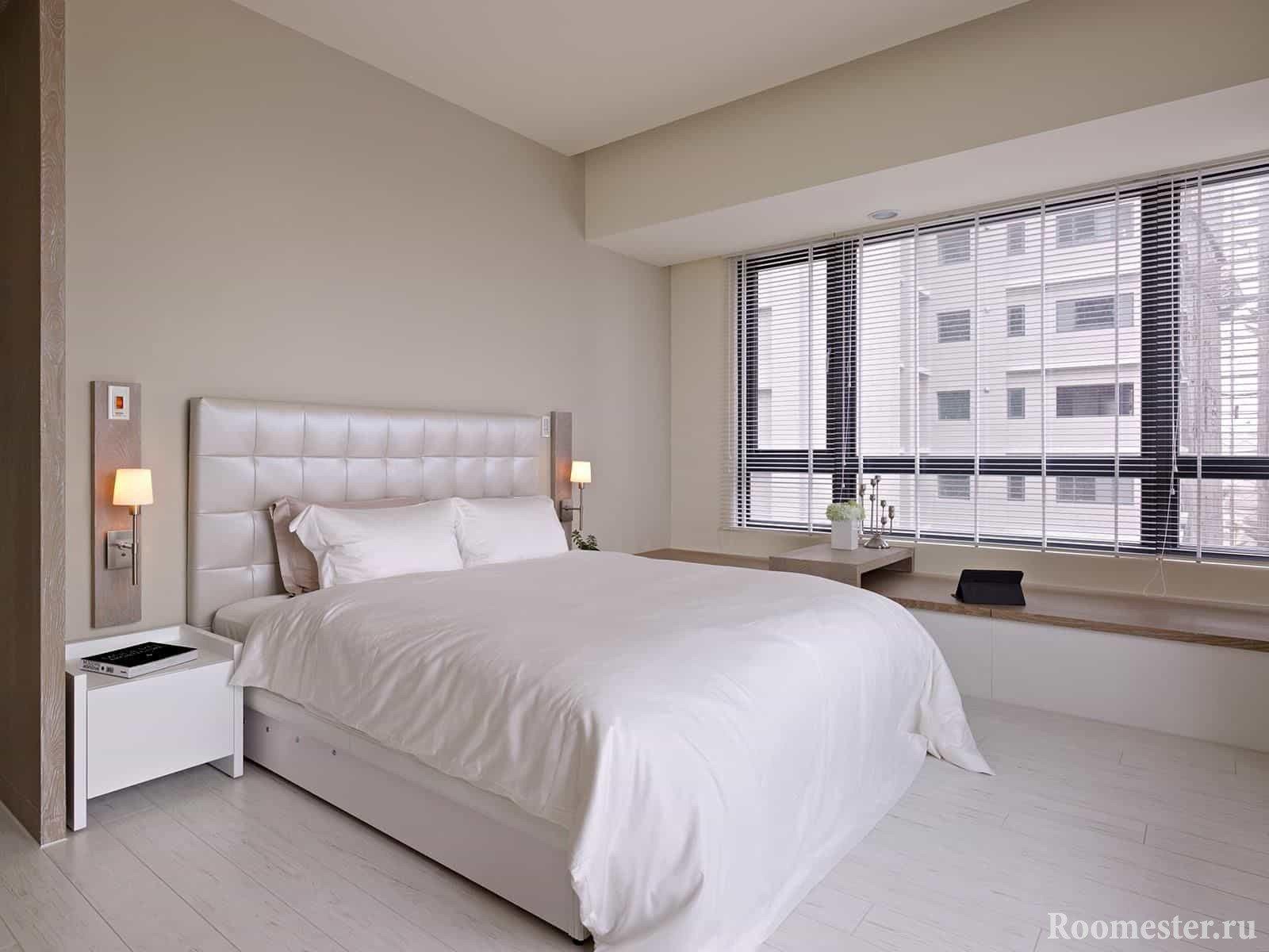 Большая двухспальная кровать в спальне и панорамное окно