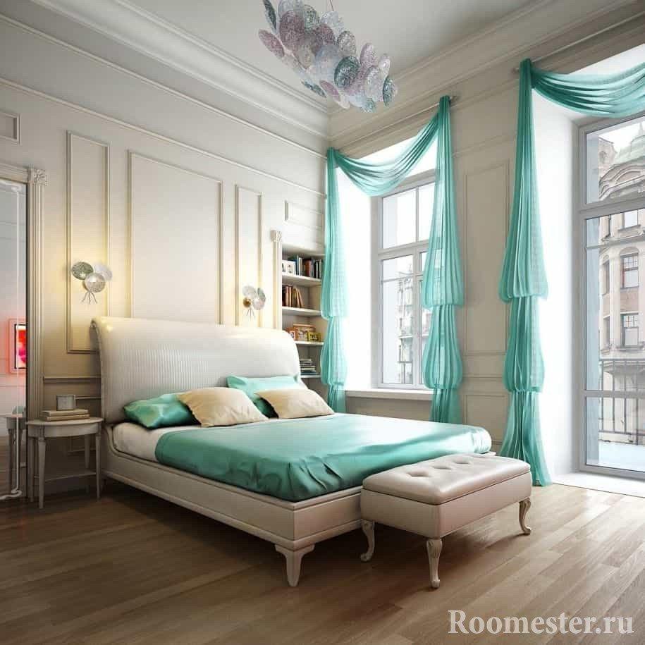 Белый интерьер классической спальни можно разбавить цветным постельным бельем и шторами