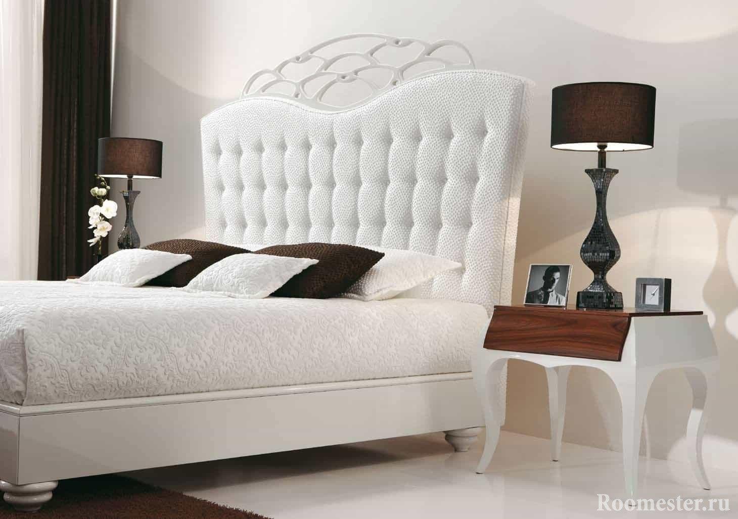 Белая кровать в классическом стиле