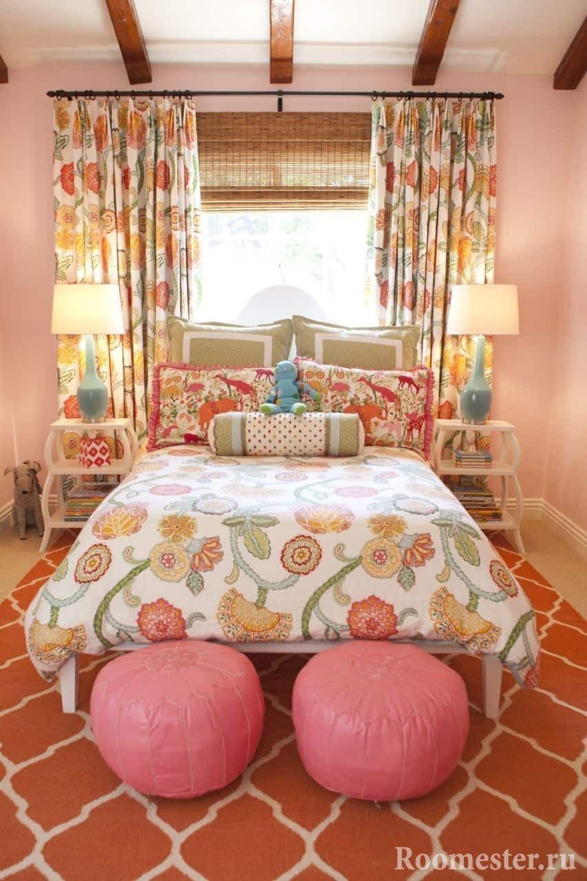 Спальное место для двух девочек у окна