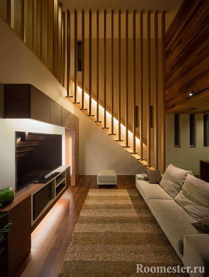 Оформление лестницы из гостиной на второй этаж
