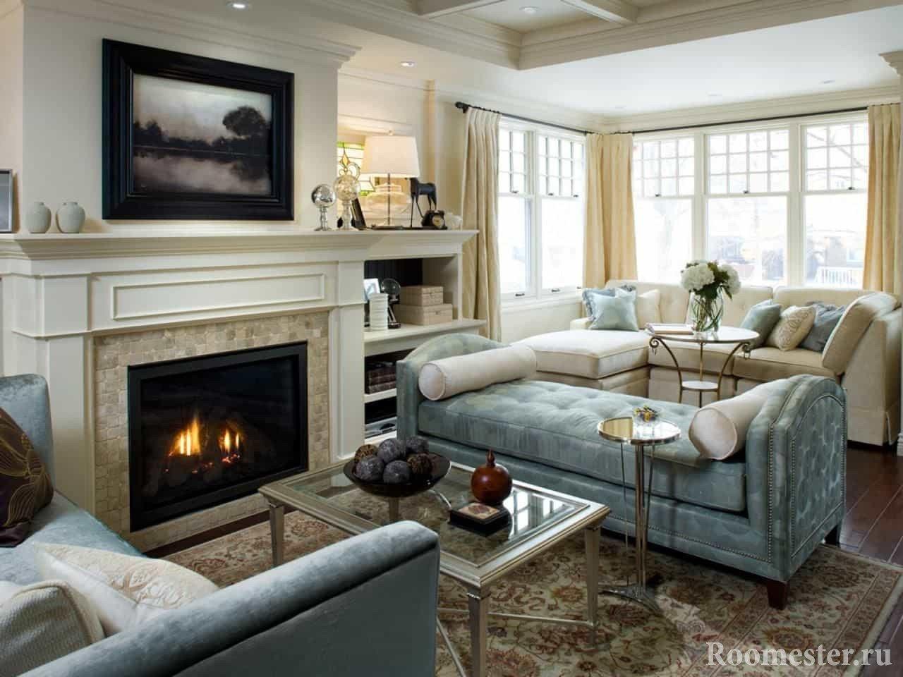 Светлый дизайн гостиной в доме с камином