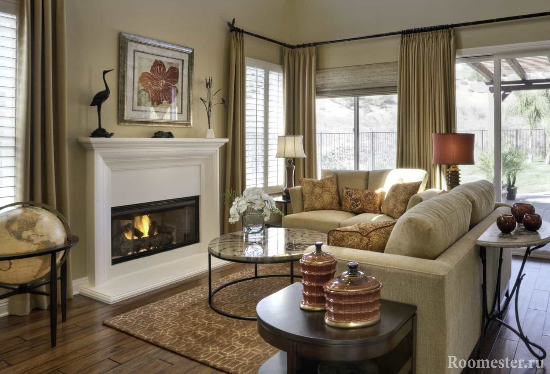 Гостиная в доме с камином и угловым диваном