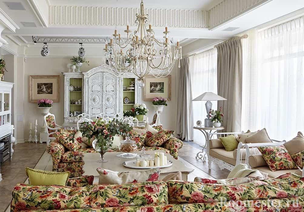 Светлая и богатая гостиная