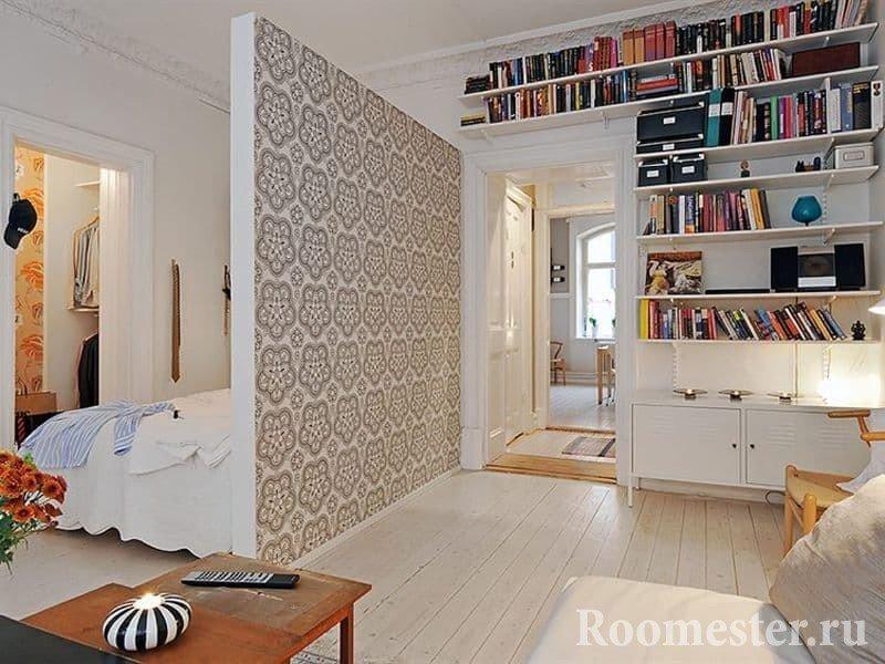 Спальное место отделено от гостиной перегородкой из гипсокартона