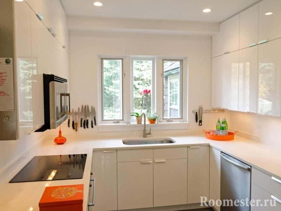 Глянцевые фасады кухни расширяют пространство