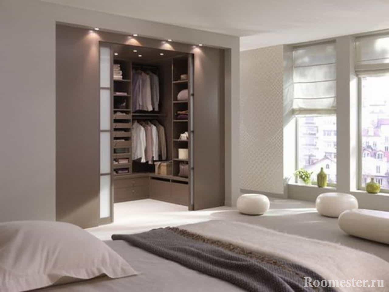 Гардеробная в спальне с отдельным входом