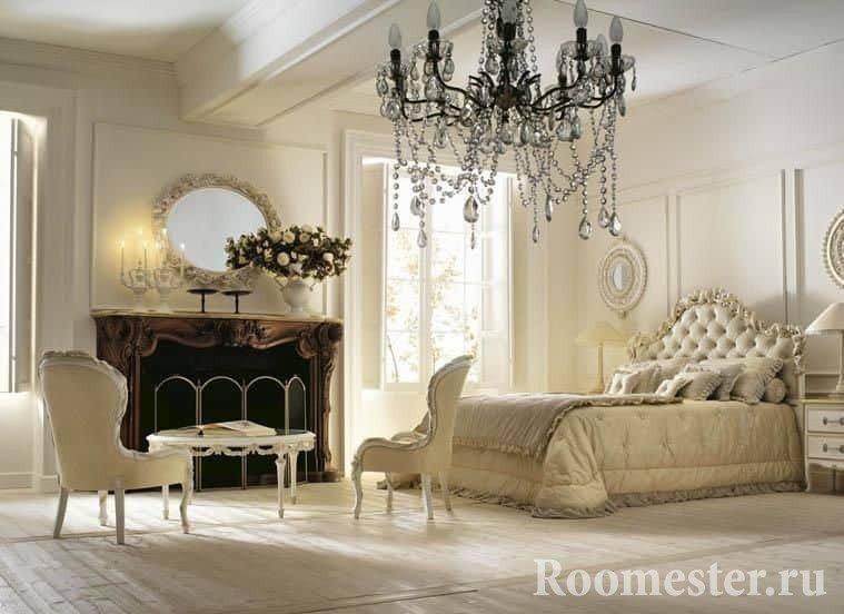 Бело-бежевая спальня в классическом стиле с камином