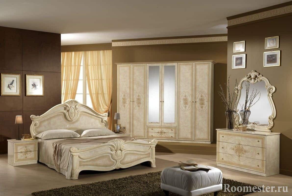 Дизайн спальни в классическом стиле - бежевая мебель и коричневые стены