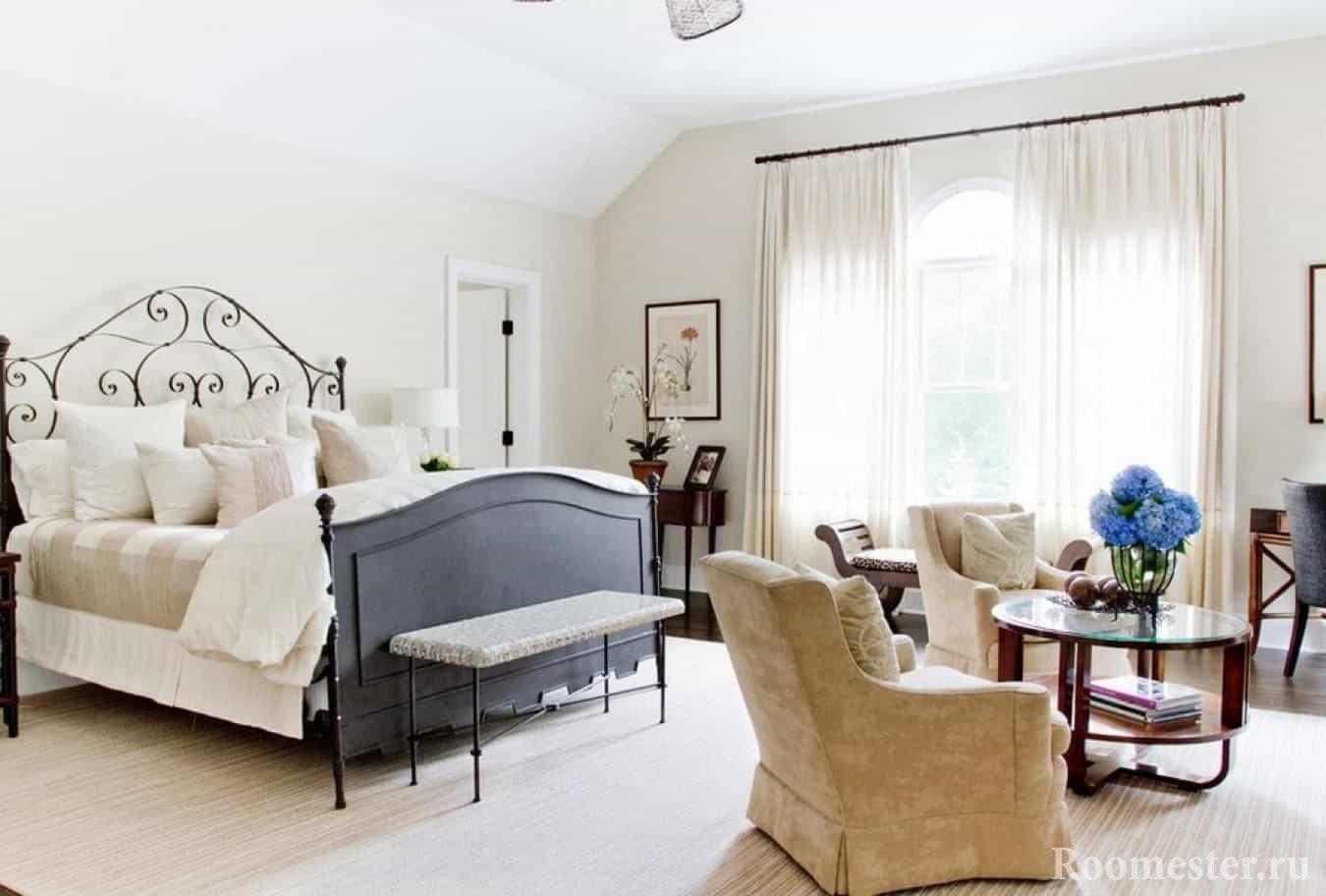 Удачная подборка мебели под кованную кровать в классическом стиле