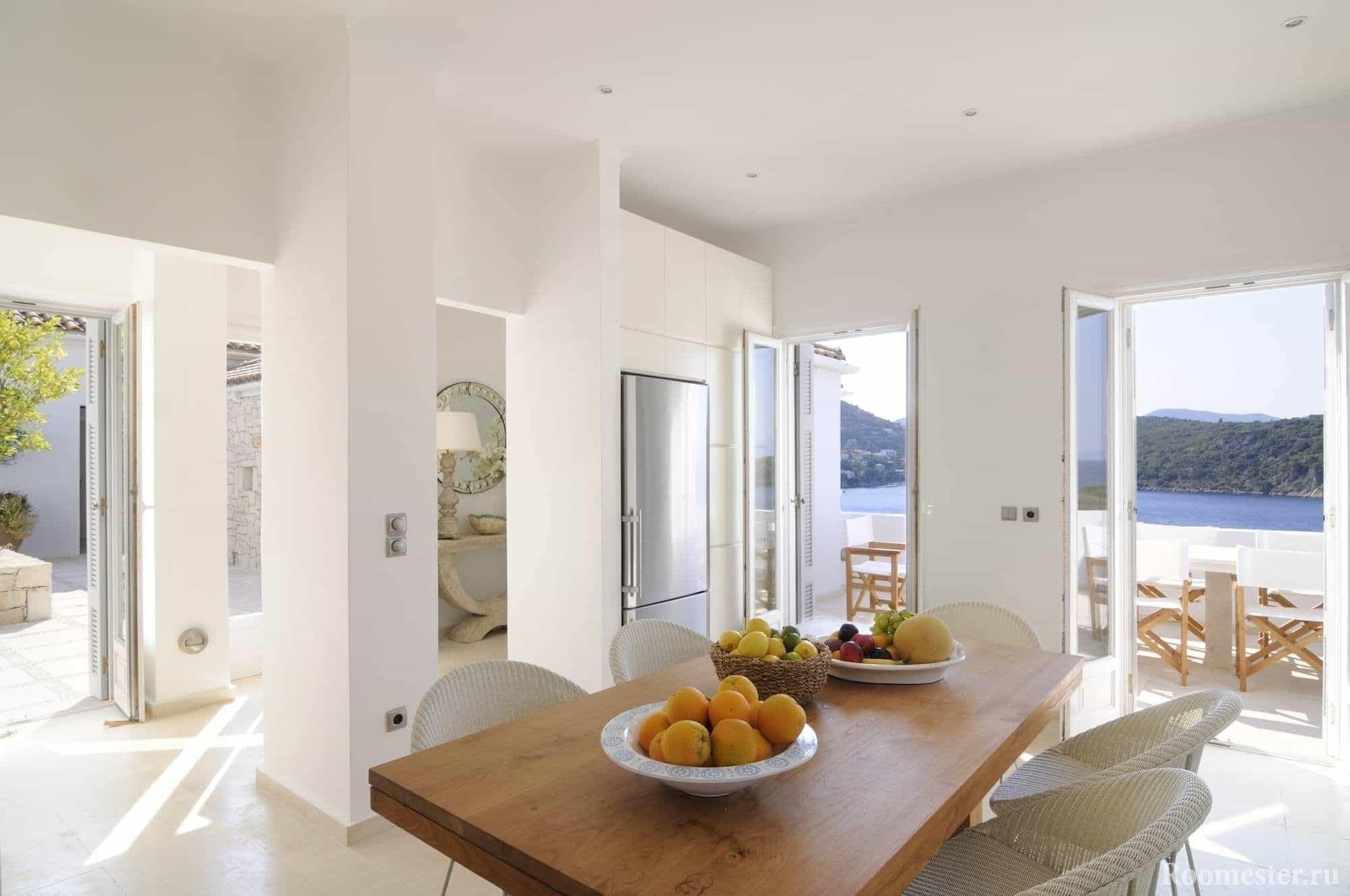 Панорамные окна присущи греческому стилю интерьера
