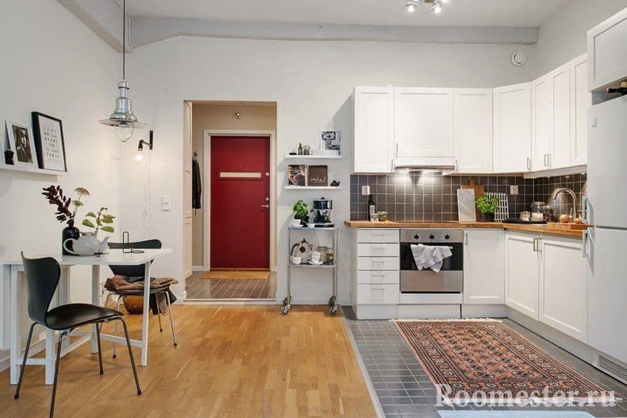 Сочетание плитки в кухонной зоне и зоне обеденной