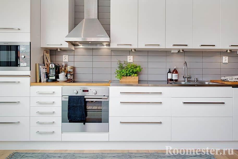 Практичная кухня в скандинавском стиле, все у хозяйки под рукой