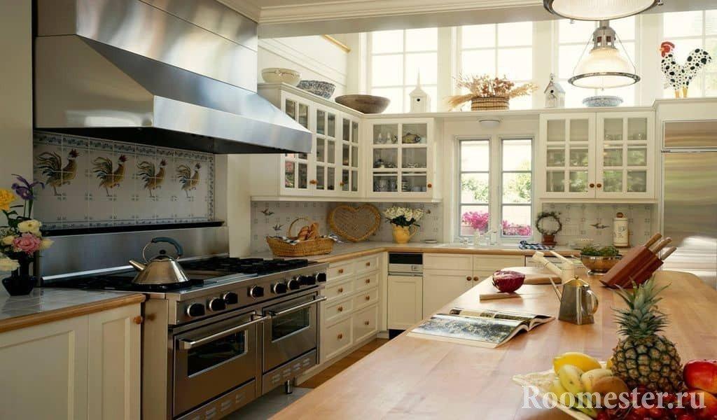 Кухня с большой варочной поверхностью в стиле кантри
