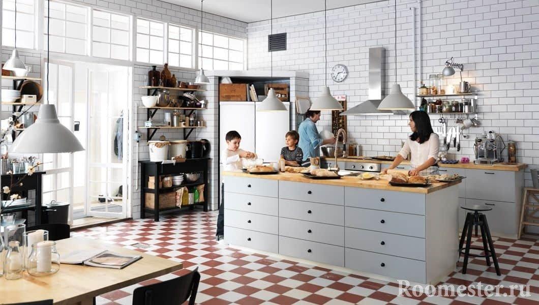 Большая кухня в белом цвете для большой семьи
