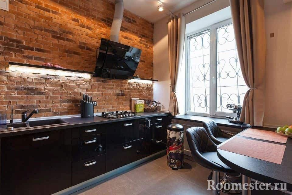 Кухня с кирпичным фартуком без подвесных шкафов над рабочей поверхностью