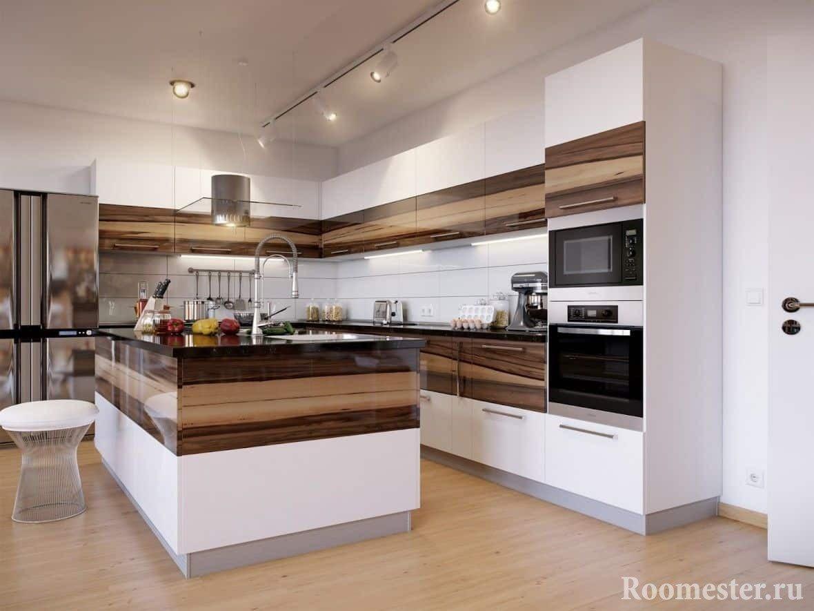 Угловая кухня в сочетании деревянных и белых фасадов с островом