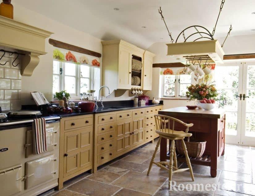 Кухня с барной стойкой в деревенском стиле