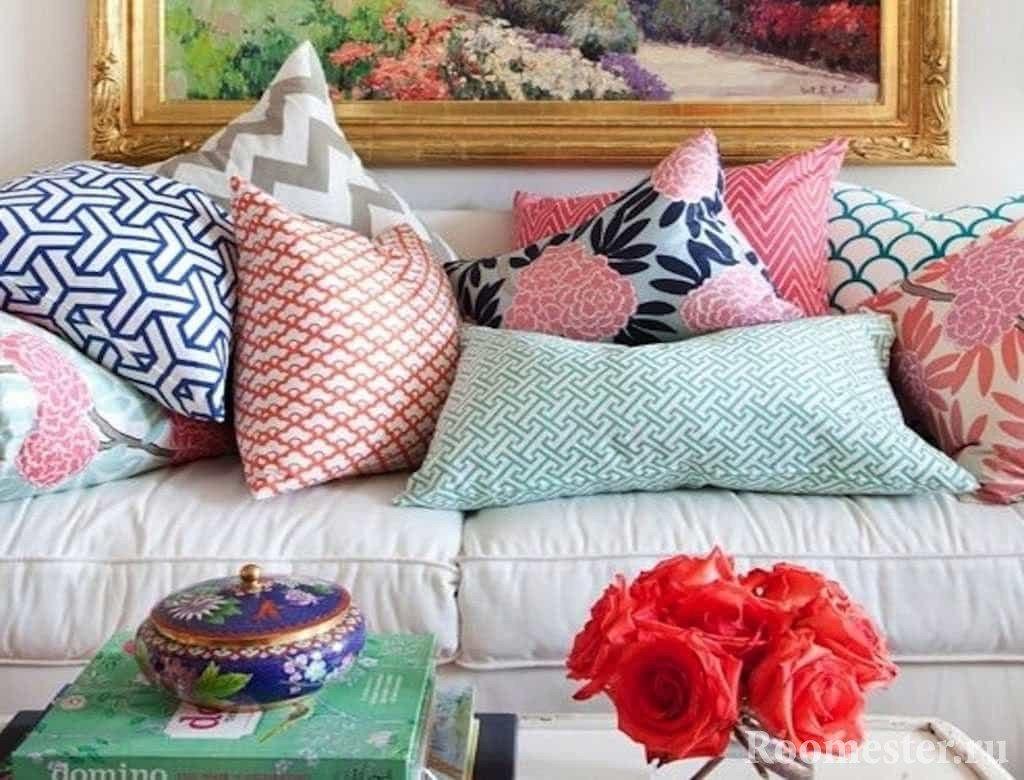 Декоративные подушки на диване в гостинной