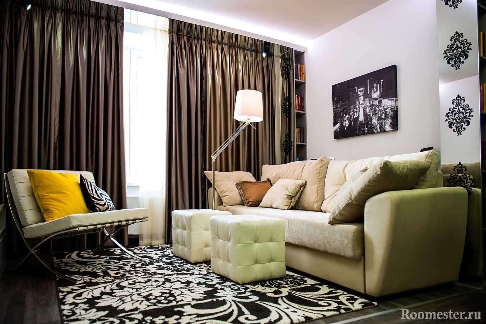 Яркие подушки в интерьере гостиной