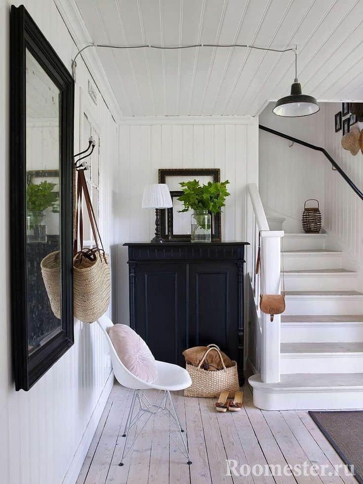 Светлый коридор с лестницей