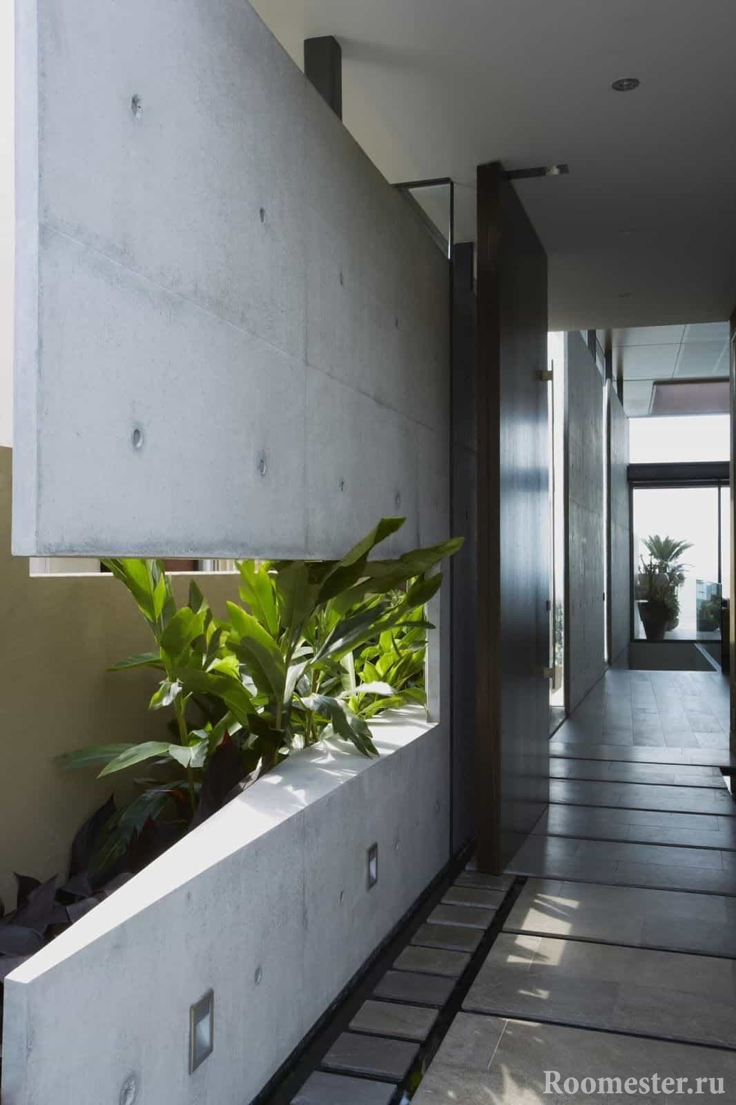 Украсить коридор можно цветами