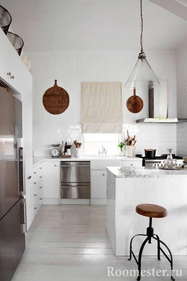 Маленькая кухня в белом цветом с пеналом и барной стойкой