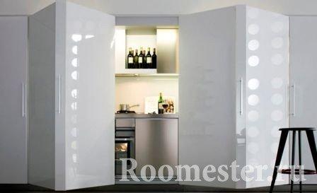 Кухню можно спрятать в шкаф, удобно при совмещении двух зон: кухни и зала