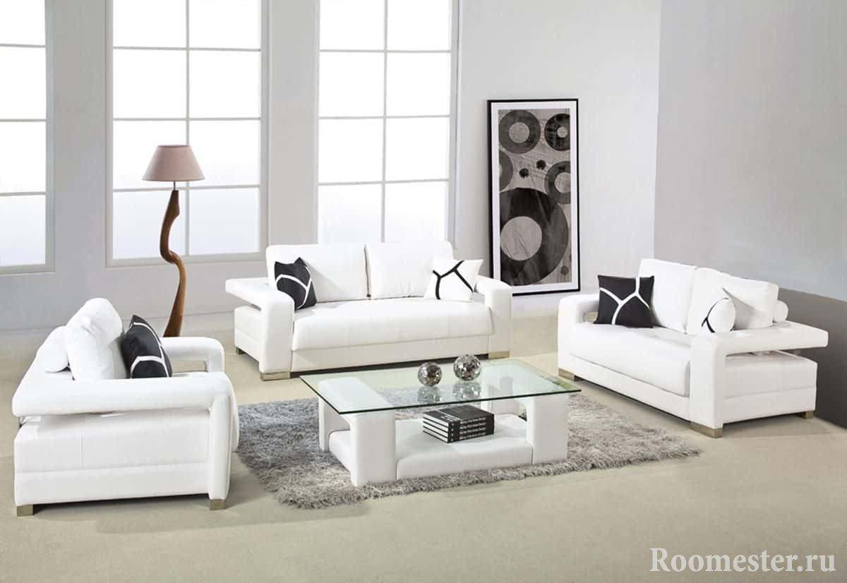 Светлая квадратная гостиная с белой мебелью