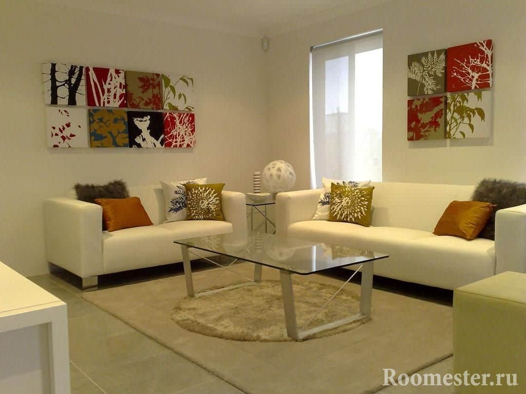 Квадратная гостиная комната с двумя диванами и окном