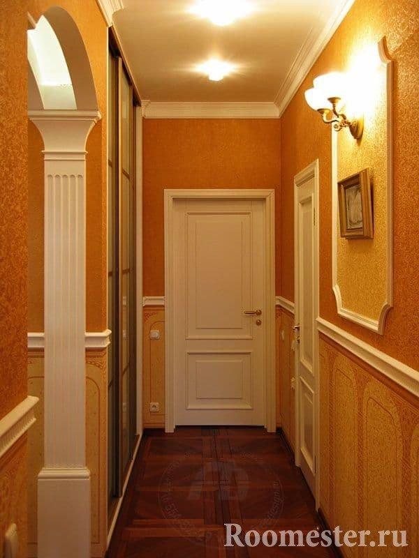 Маленький коридор в классическом стиле