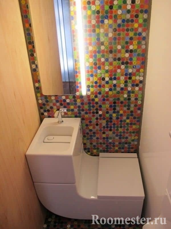 Маленький туалет с современным комбоунитазом и яркой мазаикой