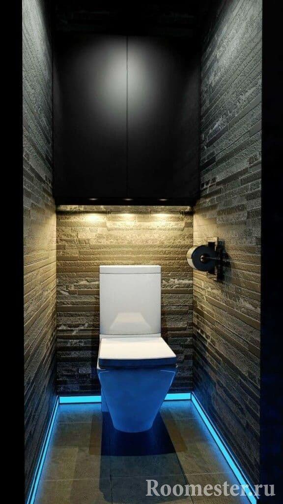 Оригинальная подсветка в маленьком туалете с подвесным шкафом