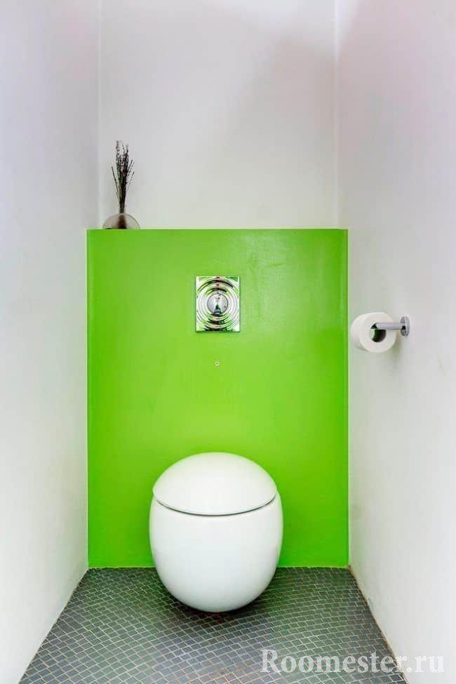 Маленький туалет в белом цвете с унитазом необычной формы