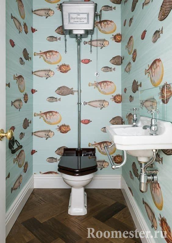 Маленький туалет с обоями на стенах