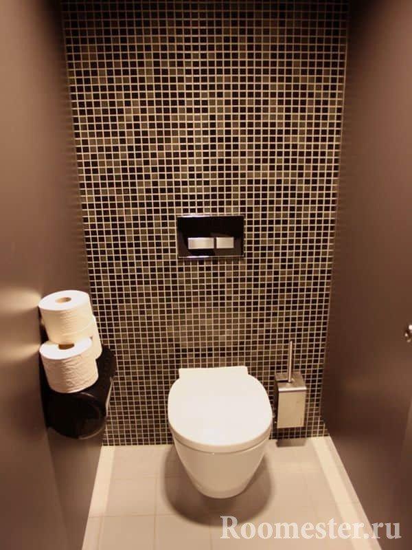 Сочетание стен с плиткой и покраской в маленьком туалете
