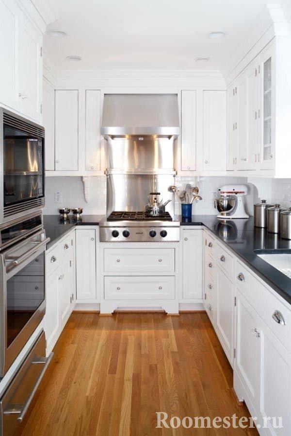 Дизайн вытянутой кухни в белом цвете