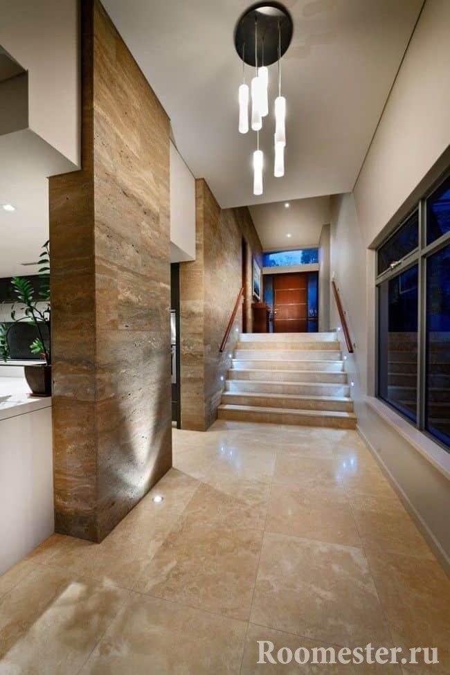 Искусственный камень на стенах в коридоре