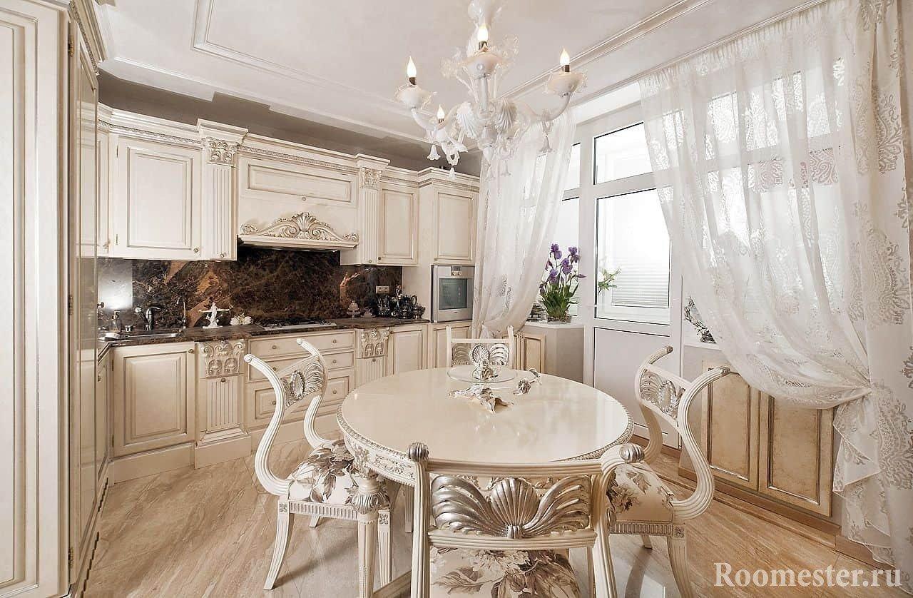 Светлая классическая кухня с круглым столом и резными стульями