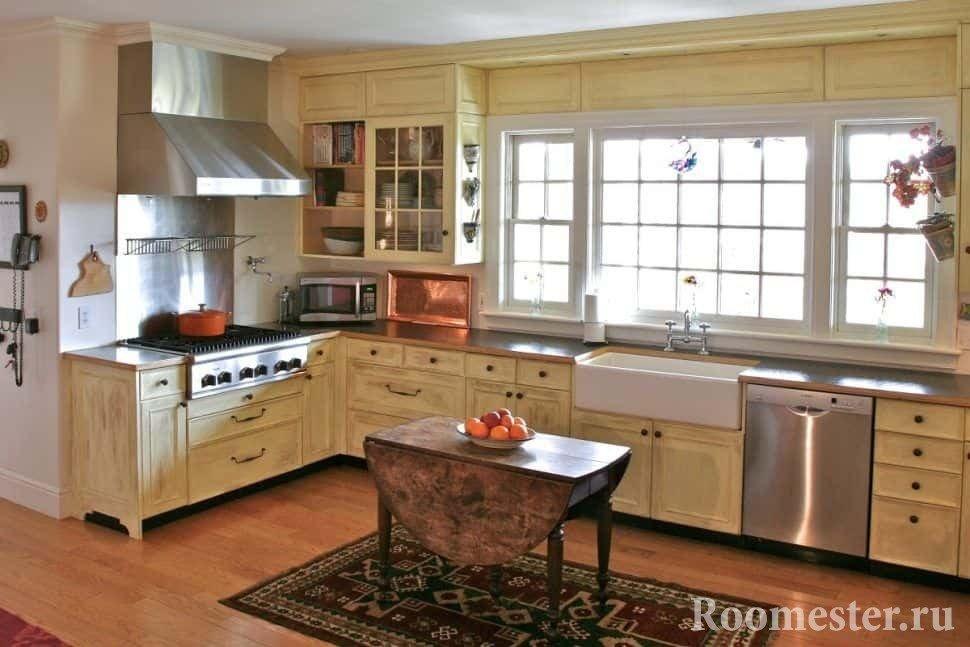 Большая угловая кухня в светлых тонов в деревенском доме