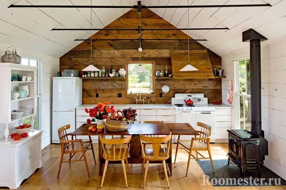 Кухня с двухскатной крышей и печкой буржуйкой в загородном доме