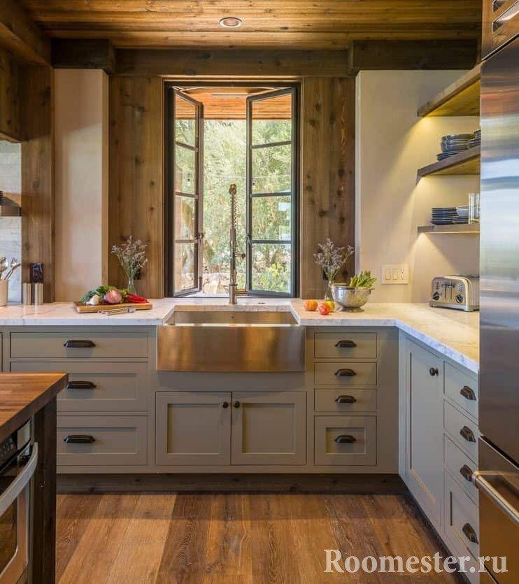 Деревянная отделка кухни в деревенском стиле