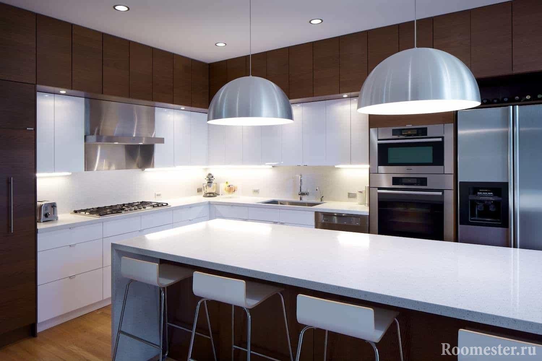 Сочетание дерева и белого на угловой кухне с барной стойкой и стульями