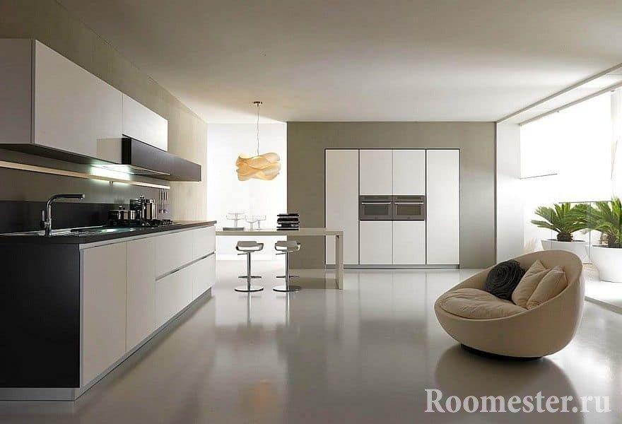 Современная просторная кухня с мягким креслом