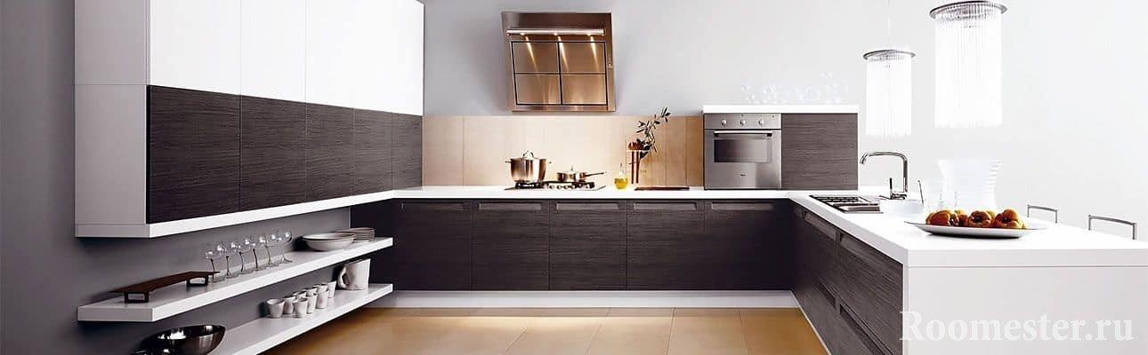 Черно-белая кухня в современном стиле с низкими полками для хранения пасуды
