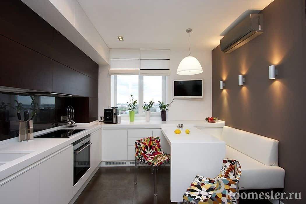 Коричнево-белая кухня с окном и яркими стульями